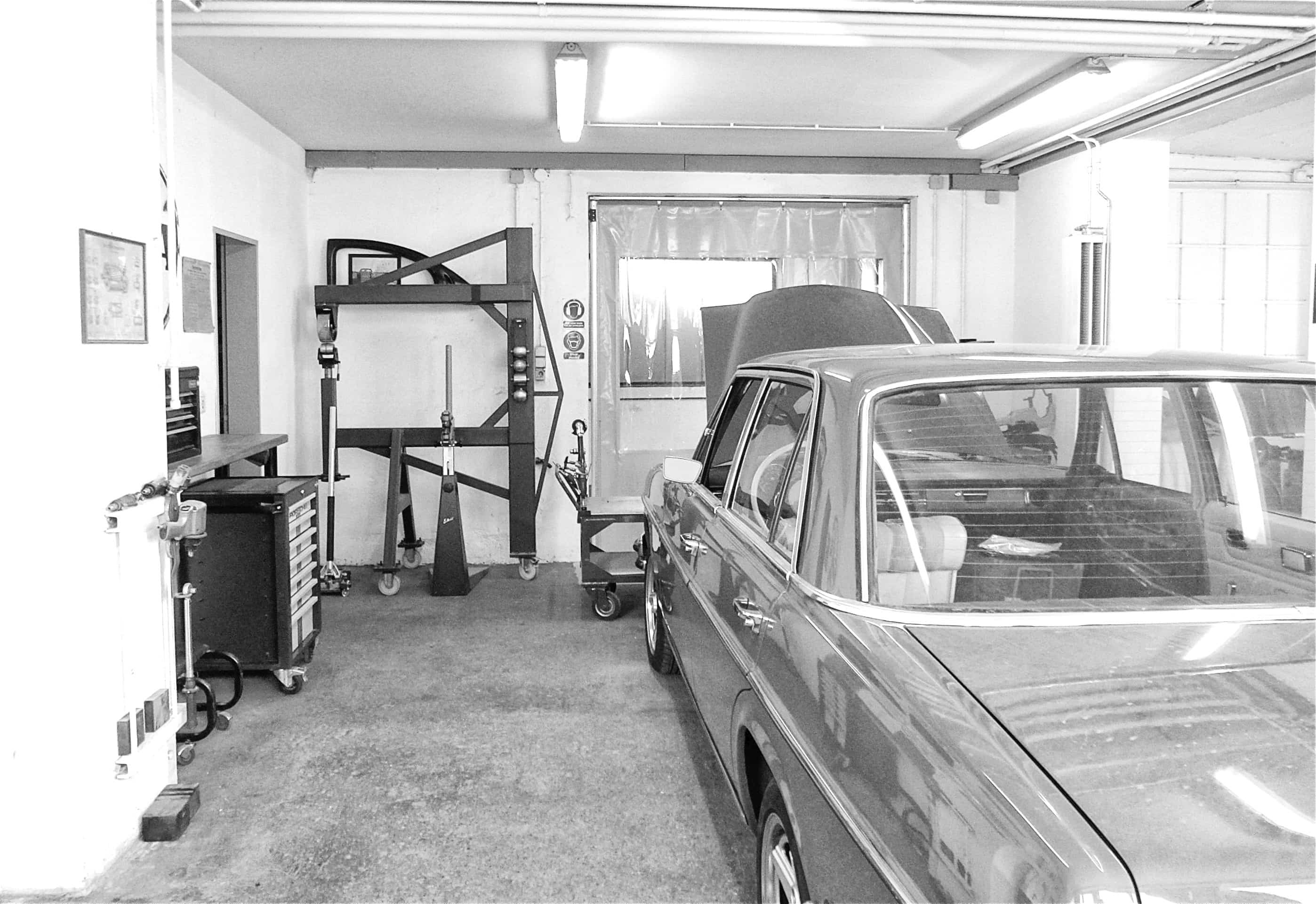 Blick in die oldtimer werkstatt karosserie garage bad for Garage mercedes paris 11